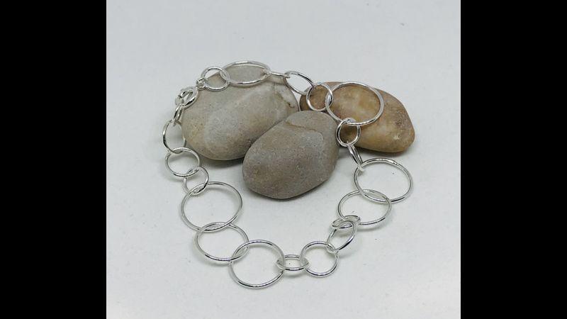 Different sized link bracelet