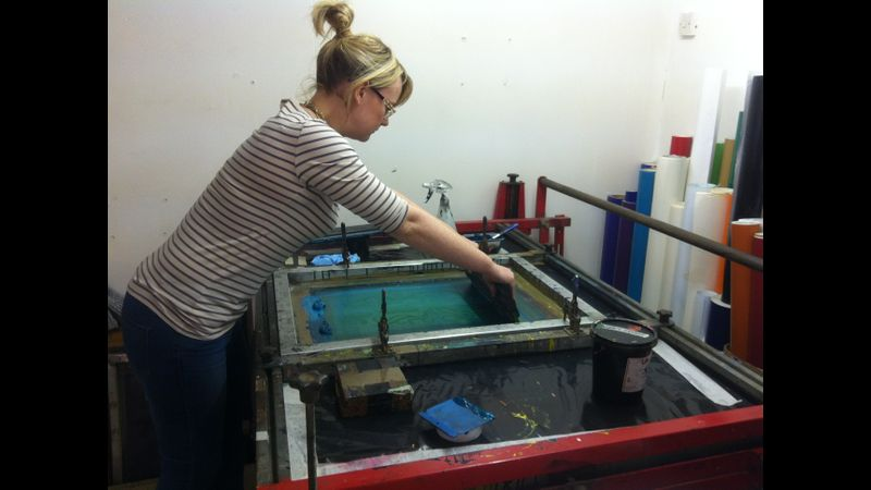 Screen printing on a vacuum table