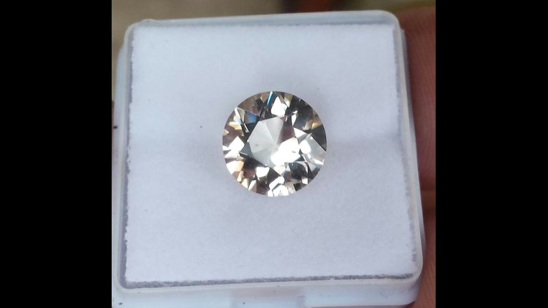 Golden topaz standard round brilliant