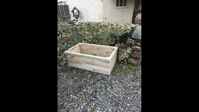 Wooden planter with mitred rim
