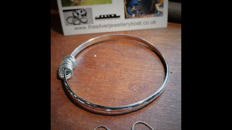 closed bangle with rings