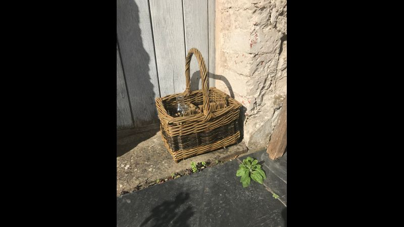 Square bottle basket with partitions